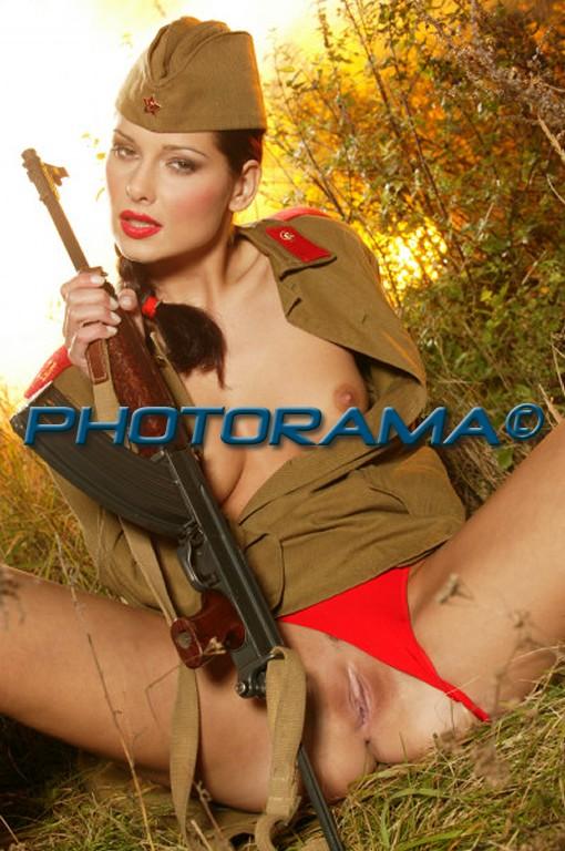 Голая в военной форме фото